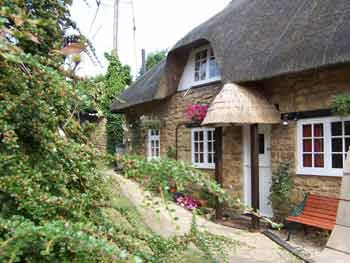 Tythe Barn is a Pretty Thatched Cottage near Chipping Campden