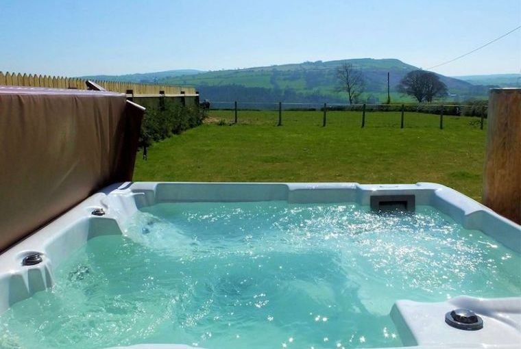 Grouse Lodge with Hot Tub and Country Views, Denbighshire