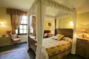 Cottage with a romantic four poster bed