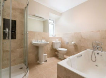 Self catering holiday cottages with ensuite bathroom or for Images of en suite bathrooms